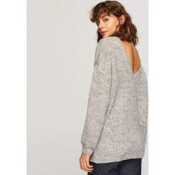 Sweter z dekoltem z tyłu - Jasny szar. Szare swetry damskie Reserved. Za 79.99 zł.