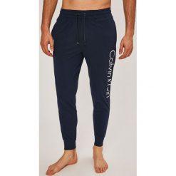 Calvin Klein Underwear - Spodnie piżamowe. Szare piżamy męskie Calvin Klein Underwear, z nadrukiem, z bawełny. W wyprzedaży za 199.90 zł.