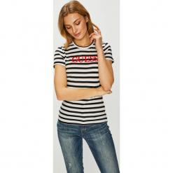 Guess Jeans - Top Laquared. Szare topy damskie Guess Jeans, z aplikacjami, z bawełny, z okrągłym kołnierzem, z krótkim rękawem. Za 169.90 zł.