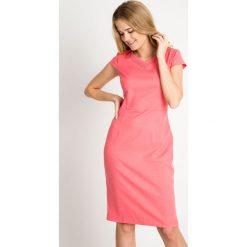 Koralowa sukienka z cekinami na dekolcie QUIOSQUE. Pomarańczowe sukienki damskie QUIOSQUE, z kopertowym dekoltem, z krótkim rękawem. W wyprzedaży za 59.99 zł.