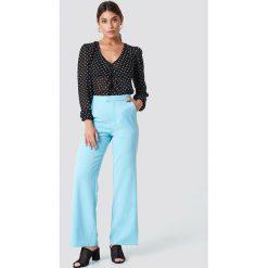 NA-KD Classic Dopasowane spodnie z szerokimi nogawkami - Blue. Niebieskie spodnie materiałowe damskie NA-KD Classic, z haftami. Za 161.95 zł.