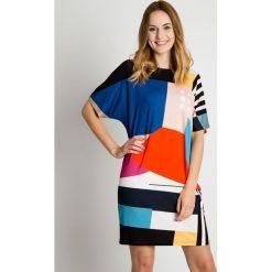 Luźna sukienka w geometryczne wzory BIALCON. Szare sukienki damskie BIALCON, w geometryczne wzory, ze splotem, biznesowe. Za 185.00 zł.