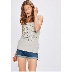 Tommy Jeans - Top. Szare topy damskie Tommy Jeans, z nadrukiem, z bawełny, z okrągłym kołnierzem, bez rękawów. W wyprzedaży za 99.90 zł.