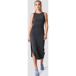 NA-KD Trend Sukienka z marszczeniem z boku - Black. Czarne sukienki damskie NA-KD Trend, z okrągłym kołnierzem. Za 100.95 zł.