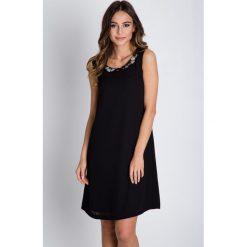 Czarna sukienka typu parasolka BIALCON. Czarne sukienki damskie BIALCON, eleganckie, z kopertowym dekoltem. W wyprzedaży za 221.00 zł.