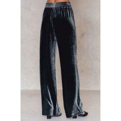 Filippa K Aksamitne spodnie Sporty - Blue,Navy. Spodnie materiałowe damskie Filippa K, z jedwabiu. W wyprzedaży za 340.19 zł.
