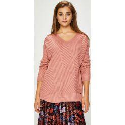 Pepe Jeans - Sweter. Różowe swetry damskie Pepe Jeans, z dzianiny. W wyprzedaży za 239.90 zł.