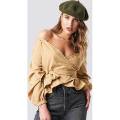 NA-KD Koszula odsłaniająca ramiona - Beige. Brązowe koszule damskie NA-KD, z długim rękawem. Za 121.95 zł.