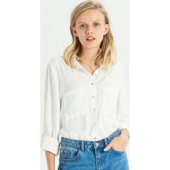 Satynowa koszula z kieszeniami - Kremowy. Białe koszule damskie Sinsay, z satyny. Za 49.99 zł.