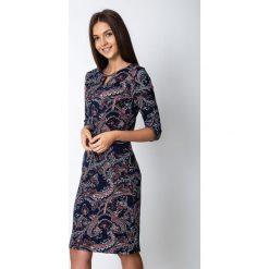 Wzorzysta sukienka z ozdobnym dekoltem QUIOSQUE. Szare sukienki damskie QUIOSQUE, w kolorowe wzory, z dzianiny, z długim rękawem. W wyprzedaży za 99.99 zł.