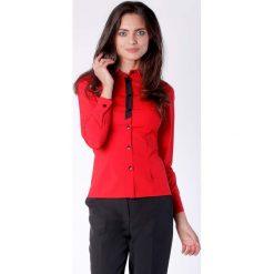 Klasyczna Czerwona Taliowana Koszula z Czarną Taśmą przy Guzikach. Czerwone koszule damskie Molly.pl, eleganckie, z klasycznym kołnierzykiem, z długim rękawem. Za 149.90 zł.