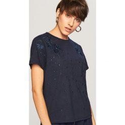 T-shirt z wyhaftowanym wzorem - Granatowy. T-shirty damskie marki DOMYOS. W wyprzedaży za 19.99 zł.