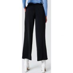NA-KD Classic Błyszczące spodnie dzwony - Black. Czarne spodnie materiałowe damskie NA-KD Classic. Za 161.95 zł.