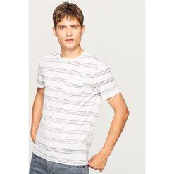 T-shirt w paski z kieszonką - Biały. T-shirty męskie marki Giacomo Conti. W wyprzedaży za 19.99 zł.