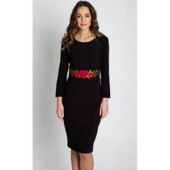 Dopasowana sukienka z haftem na przodzie BIALCON. Czarne sukienki damskie BIALCON, z haftami, biznesowe. Za 385.00 zł.