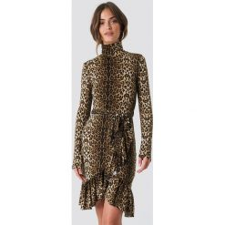 NA-KD Trend Sukienka Leo Polo - Brown,Multicolor. Brązowe sukienki damskie NA-KD Trend, w paski, z asymetrycznym kołnierzem. Za 161.95 zł.