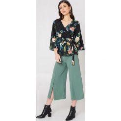 Rut&Circle Spodnie z rozcięciami Ofelia - Green. Zielone spodnie materiałowe damskie Rut&Circle, z haftami, z poliesteru. Za 161.95 zł.