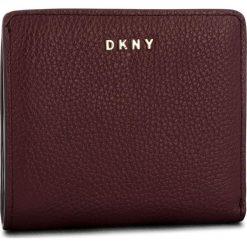 Mały Portfel Damski DKNY - Bifold Wallet R83ZA657 Blood Red XOD. Czerwone portfele damskie DKNY, ze skóry. Za 339.00 zł.