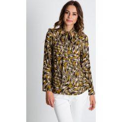 Bluzka we wzory z długim rękawem wiązana przy szyi BIALCON. Szare bluzki damskie BIALCON, w kolorowe wzory, biznesowe, z klasycznym kołnierzykiem, z długim rękawem. W wyprzedaży za 130.00 zł.