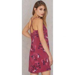Qontrast X NA-KD Satynowa sukienka z ramiączkami skrzyżowanymi na plecach - Pink,Multicolor. Różowe sukienki damskie Qontrast X NA-KD, z satyny, z dekoltem na plecach. W wyprzedaży za 48.59 zł.