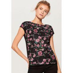 Koszulka z nadrukiem - Czarny. Czarne t-shirty damskie Mohito, z nadrukiem. Za 59.99 zł.
