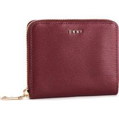 Duży Portfel Damski DKNY - Bryant Sm Zip Around R8313656 Blood Red. Czerwone portfele damskie DKNY, ze skóry. Za 419.00 zł.