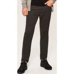 Materiałowe spodnie slim fit - Khaki. Spodnie materiałowe męskie marki House. W wyprzedaży za 59.99 zł.