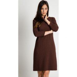 Brązowa sukienka z długim rękawem w drobny wzór BIALCON. Brązowe sukienki damskie BIALCON, biznesowe, z długim rękawem. Za 158.00 zł.