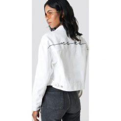 NA-KD Trend Kurtka jeansowa z nadrukiem NA-KD - White,Offwhite. Białe kurtki damskie NA-KD Trend, z nadrukiem, z denimu. Za 323.95 zł.