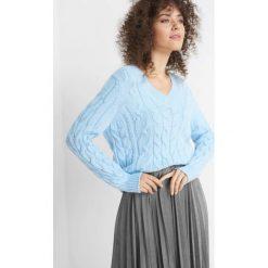Sweter z warkoczami. Czerwone swetry damskie Orsay, z dzianiny, dekolt w kształcie v. W wyprzedaży za 80.00 zł.