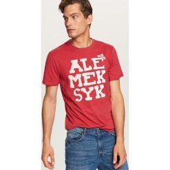 T-shirt z napisem - Czerwony. Czerwone t-shirty męskie Reserved, z napisami. Za 29.99 zł.