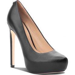 Szpilki GUESS - FLELS4 LEA08 BLACK. Czarne szpilki damskie Guess, ze skóry ekologicznej. W wyprzedaży za 519.00 zł.