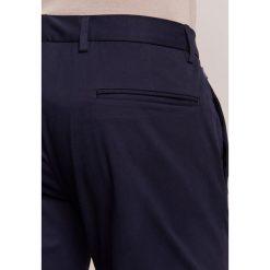 Armani Collezioni Spodnie garniturowe bleu navy. Eleganckie spodnie męskie marki House. W wyprzedaży za 575.20 zł.