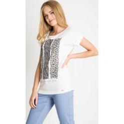 Biała bluzka ze zwierzęcym nadrukiem QUIOSQUE. Białe bluzki damskie QUIOSQUE, z motywem zwierzęcym, z bawełny, biznesowe, z klasycznym kołnierzykiem, z krótkim rękawem. W wyprzedaży za 29.99 zł.