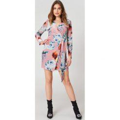 Trendyol Kopertowa sukienka w kwiaty - Pink,Multicolor. Sukienki damskie Trendyol, w kwiaty, z kopertowym dekoltem. W wyprzedaży za 72.78 zł.