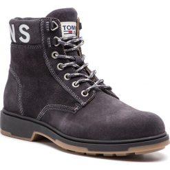 Kozaki TOMMY JEANS - Suede Boot EM0EM00235 Magnet 008. Szare kozaki męskie Tommy Hilfiger, z materiału, klasyczne. Za 599.00 zł.