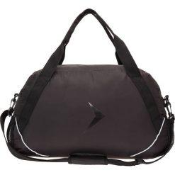 Torba sportowa damska TPD602 - czarny - Outhorn. Czarne torby na ramię damskie Outhorn, w paski, z materiału. W wyprzedaży za 34.99 zł.