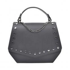 Skórzana torebka w kolorze czarnym - (S)21 x (W)16,5 x (G)7 cm. Czarne torby na ramię damskie Akcesoria na sylwestrową noc. W wyprzedaży za 219.95 zł.