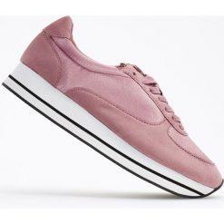 Sportowe buty na grubej podeszwie - Różowy. Obuwie sportowe damskie marki Nike. W wyprzedaży za 79.99 zł.