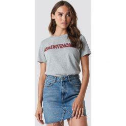 NA-KD Trend T-shirt Rebel - Grey. Szare t-shirty damskie NA-KD Trend, z nadrukiem, z jersey, z okrągłym kołnierzem. Za 72.95 zł.