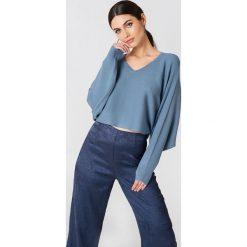 NA-KD Krótki sweter z rękawem typu nietoperz - Blue. Niebieskie swetry damskie NA-KD, z dzianiny. W wyprzedaży za 60.98 zł.
