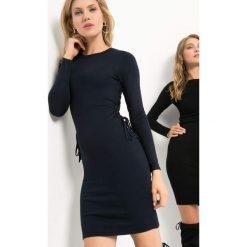 Dzianinowa sukienka z wiązaniem. Niebieskie sukienki damskie Orsay, z dzianiny. Za 99.99 zł.