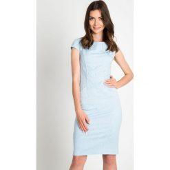 Niebieska żakardowa sukienka QUIOSQUE. Niebieskie sukienki damskie QUIOSQUE, z tkaniny, eleganckie, z kopertowym dekoltem, z krótkim rękawem. W wyprzedaży za 99.99 zł.
