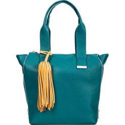 Prostokątna zielona shopperka z chwostem QUIOSQUE. Zielone torebki shopper damskie QUIOSQUE, w kolorowe wzory, ze skóry ekologicznej. Za 169.99 zł.