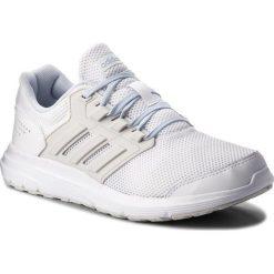 Buty adidas - Galaxy 4 B43832 Ftwwht/Greone/Aerblu. Białe obuwie sportowe damskie Adidas, z materiału. W wyprzedaży za 179.00 zł.