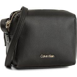 Torebka CALVIN KLEIN BLACK LABEL - Downton Small Cross K60K603902  001. Listonoszki damskie Calvin Klein Black Label. W wyprzedaży za 289.00 zł.