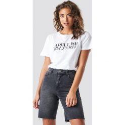 Astrid Olsen x NA-KD T-shirt Adult Ish - White. Białe t-shirty damskie Astrid Olsen x NA-KD, z nadrukiem, z okrągłym kołnierzem. Za 72.95 zł.