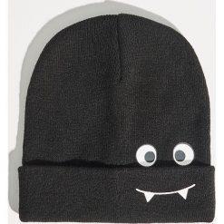 Czapka typu beanie - Czarny. Czarne czapki i kapelusze damskie Sinsay. Za 19.99 zł.