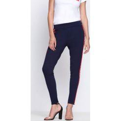 Granatowe Spodnie Chasing Stars. Szare spodnie dresowe damskie Born2be, w kolorowe wzory, z dresówki. Za 44.99 zł.