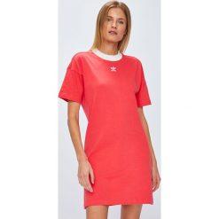 Adidas Originals - Sukienka. Różowe sukienki damskie adidas Originals, z nadrukiem, z bawełny, casualowe, z okrągłym kołnierzem, z krótkim rękawem. Za 169.90 zł.